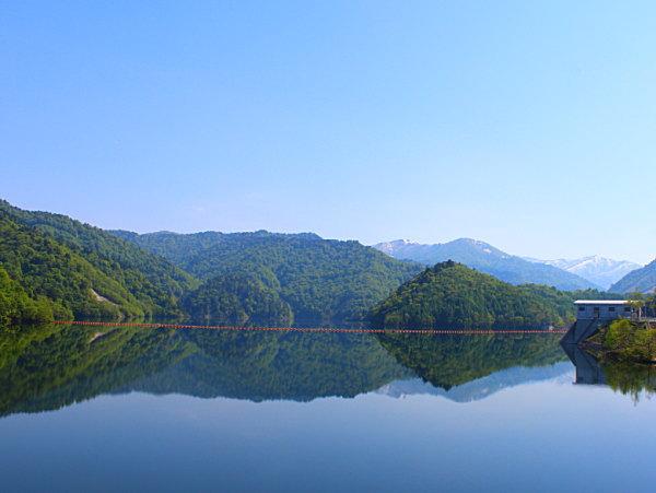 ならまた湖の湖面に映る新緑